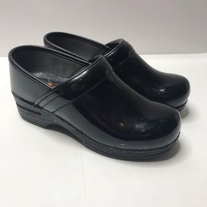 Dansko XP black patent leather nursing clogs 35